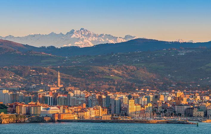 panoramica-de-gijon-desde-la-campa-torres-con-picos-de-europa-de-fondo
