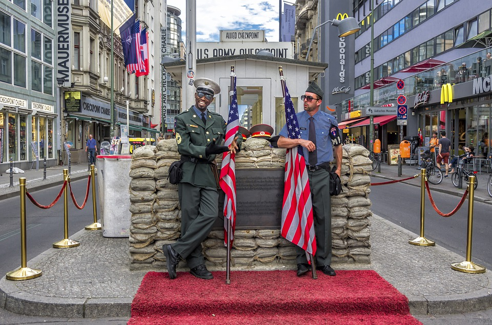 checkpoint-charlie-4394712_960_720