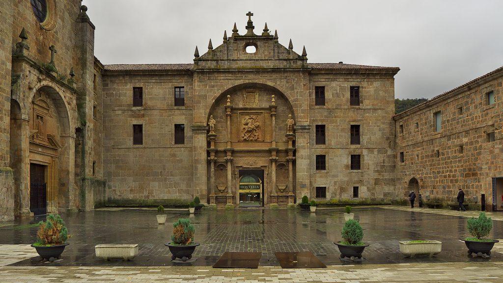 Monasterio_de_San_Millán_de_Yuso._Plaza_de_entrada