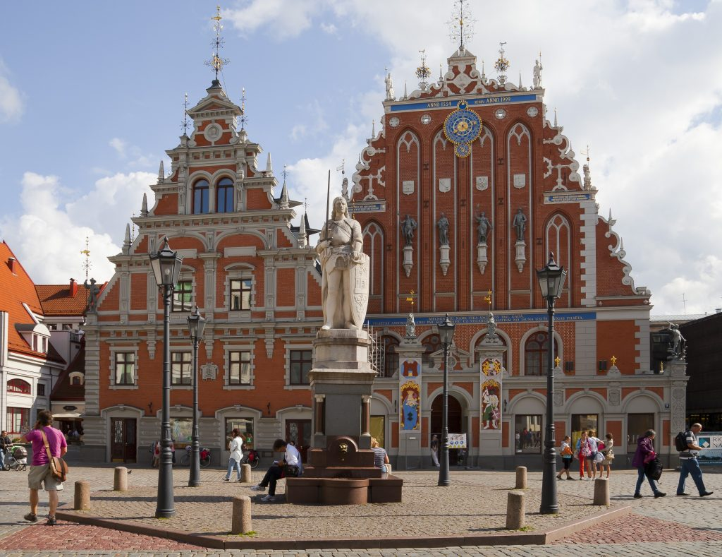 Plaza_del_Ayuntamiento,_Riga,_Letonia