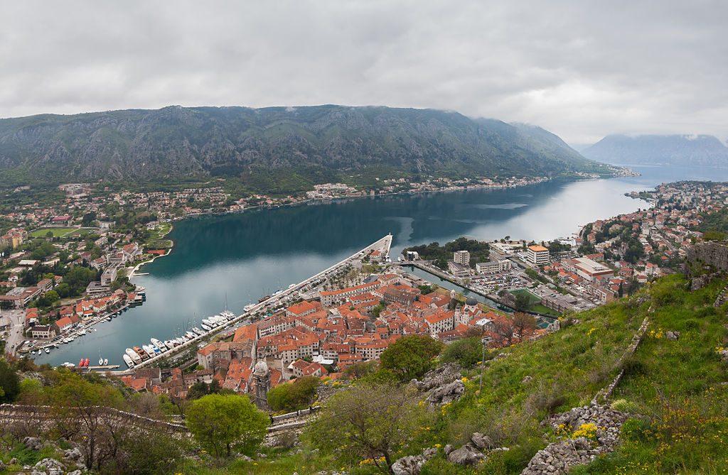Vista_de_Kotor,_Bahía_de_Kotor,_Montenegro,_2014-04-19,_DD_25