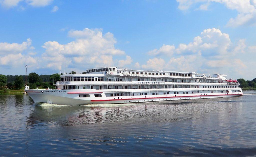 russia_ship_volga_cruise_river_river_cruise_light_reflections