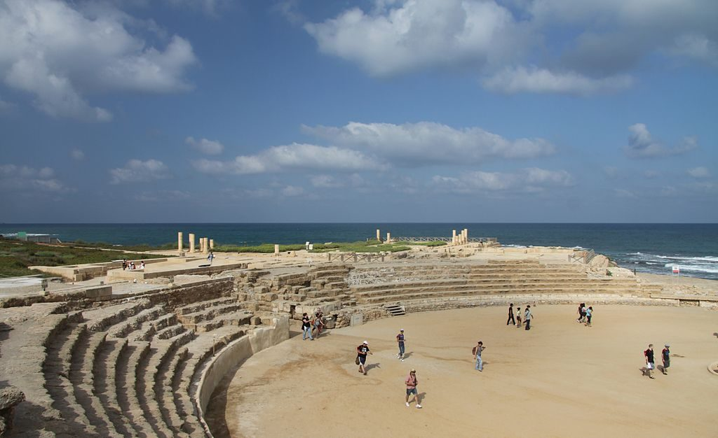 1024px-Caesarea_Maritima_Hippodrome_in_summer_2011