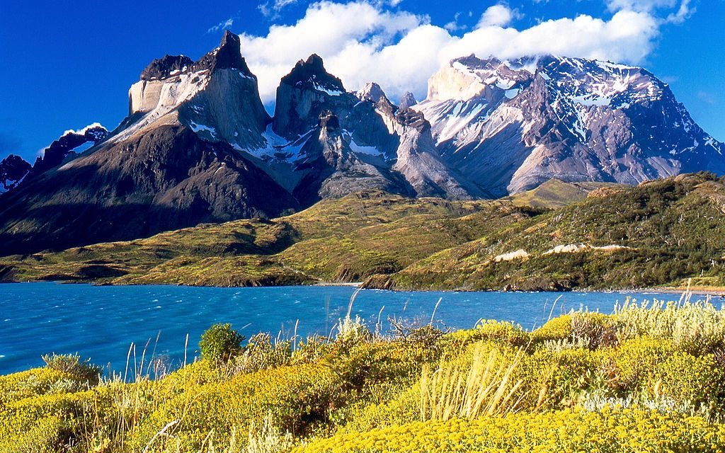 1024px-Cuernos_del_Paine_from_Lake_Pehoé