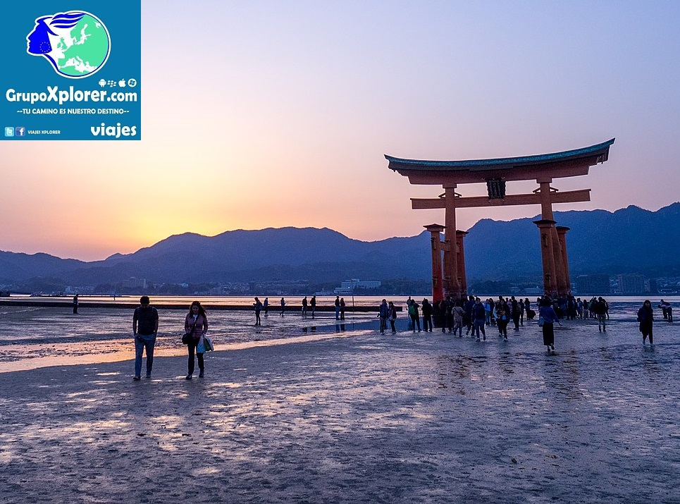 1280px-After_Sunset_at_the_Torii_Gate_-_Miyajima_(42090425711)