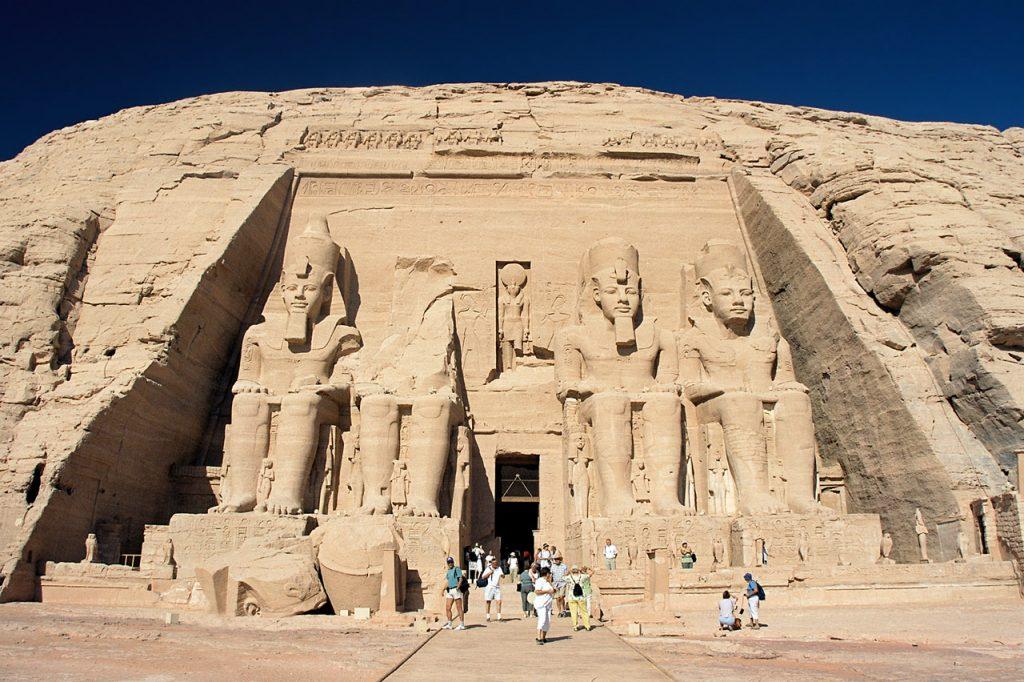 Abu_Simbel,_Ramesses_Temple,_front,_Egypt,_Oct_2004
