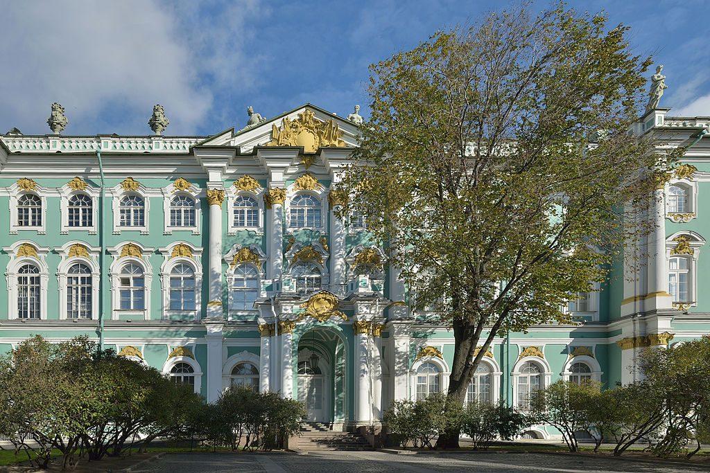 Hermitage_West_facade_Saint_Petersburg_central_wing