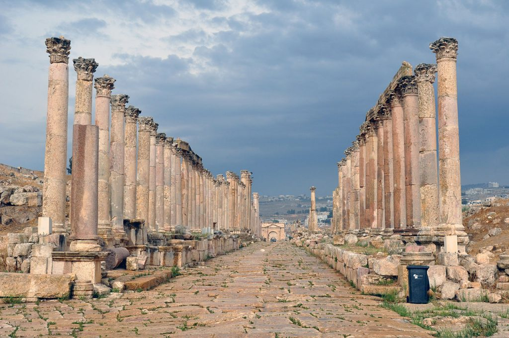 Jerash_-_colonnaded_street (1)