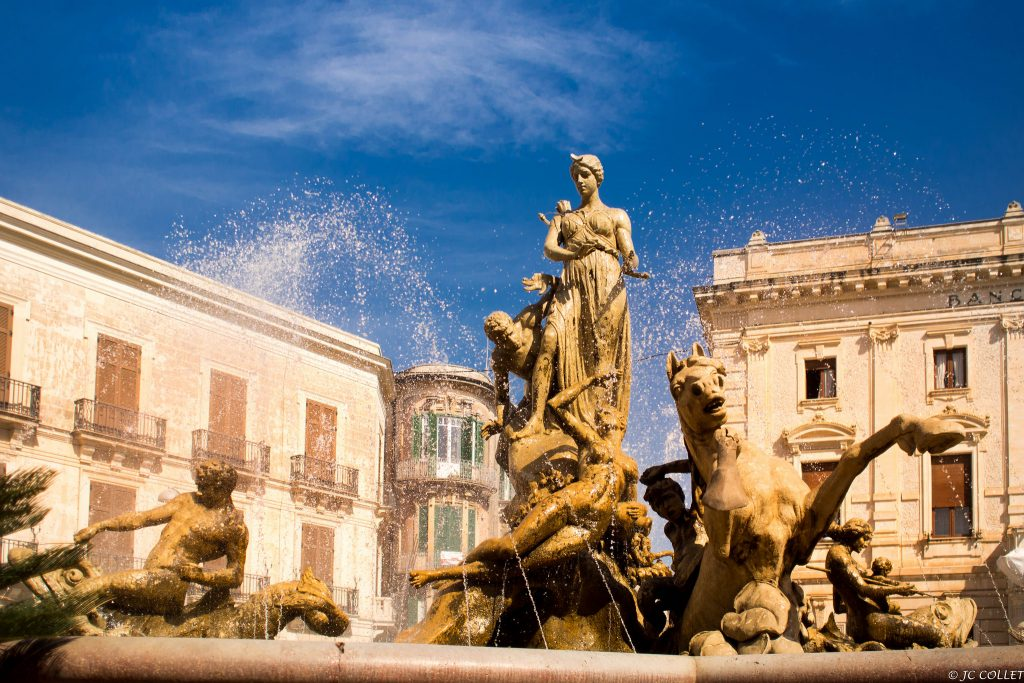 Piazza_Archimede_-_Fontana_di_Diana_(Siracusa,_Sicilia)