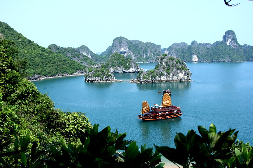 1024px-Asia_Cruise_Junk_in_Halong_bay