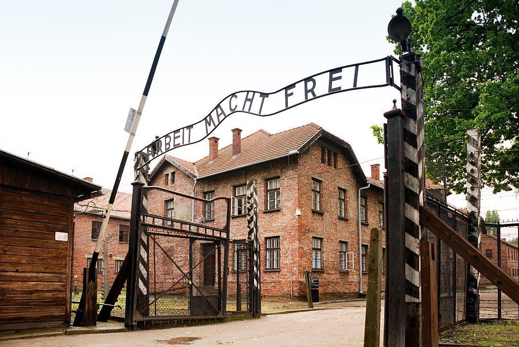 1024px-Auschwitz_I_(22_May_2010)