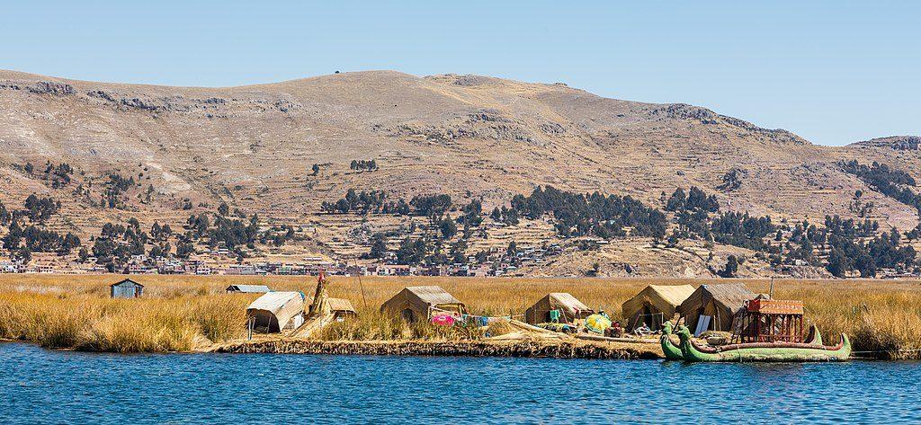 1024px-Islas_flotantes_de_los_Uros,_Lago_Titicaca,_Perú,_2015-08-01,_DD_25