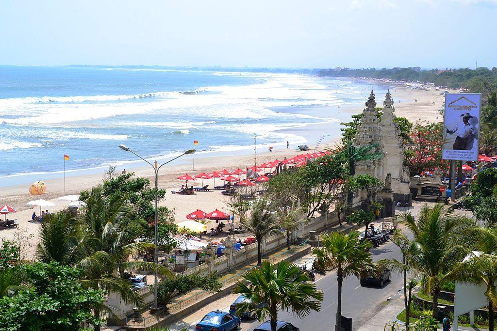 1024px-Kuta_Beach_(6924448550)