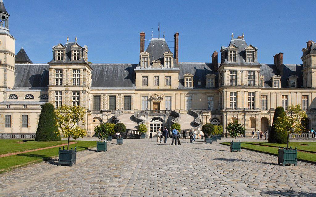 1024px-La_cour_du_cheval_blanc_(Château_de_Fontainebleau)