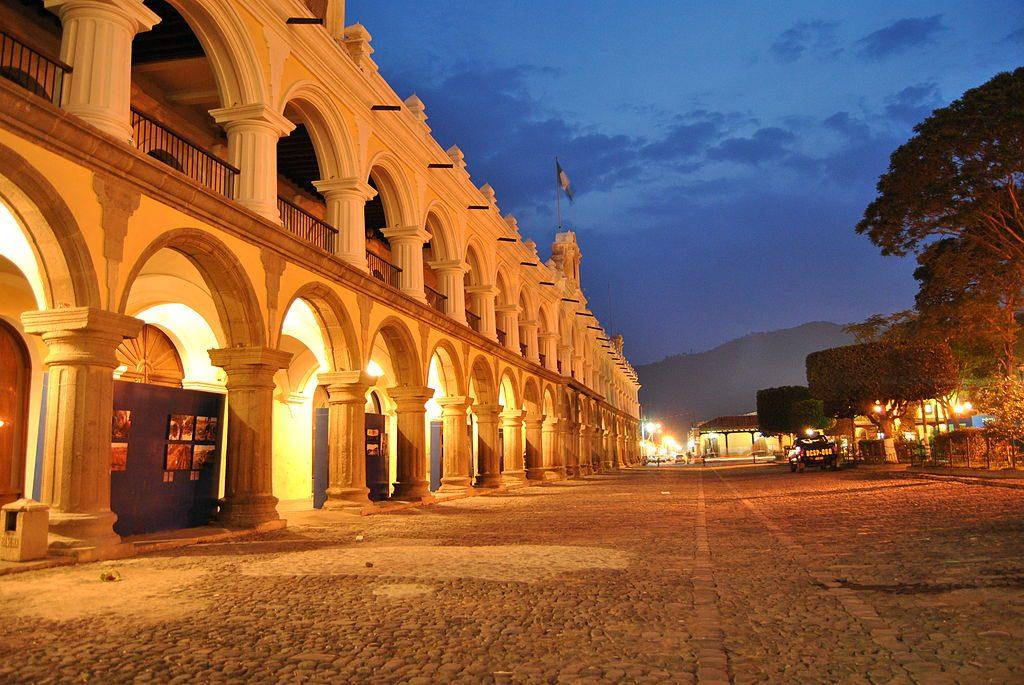 1024px-Palacio_de_Ayuntamiento_en_La_Antigua_Guatemala