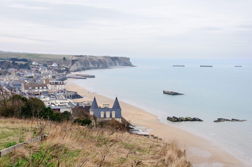 Arromanches-les-Bains et sa plage, avec les restes du port artificiel Mulberry (Calvados, Basse-Normandie, France)