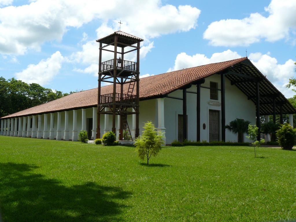 Iglesia_Yaguaron_frente_campanario
