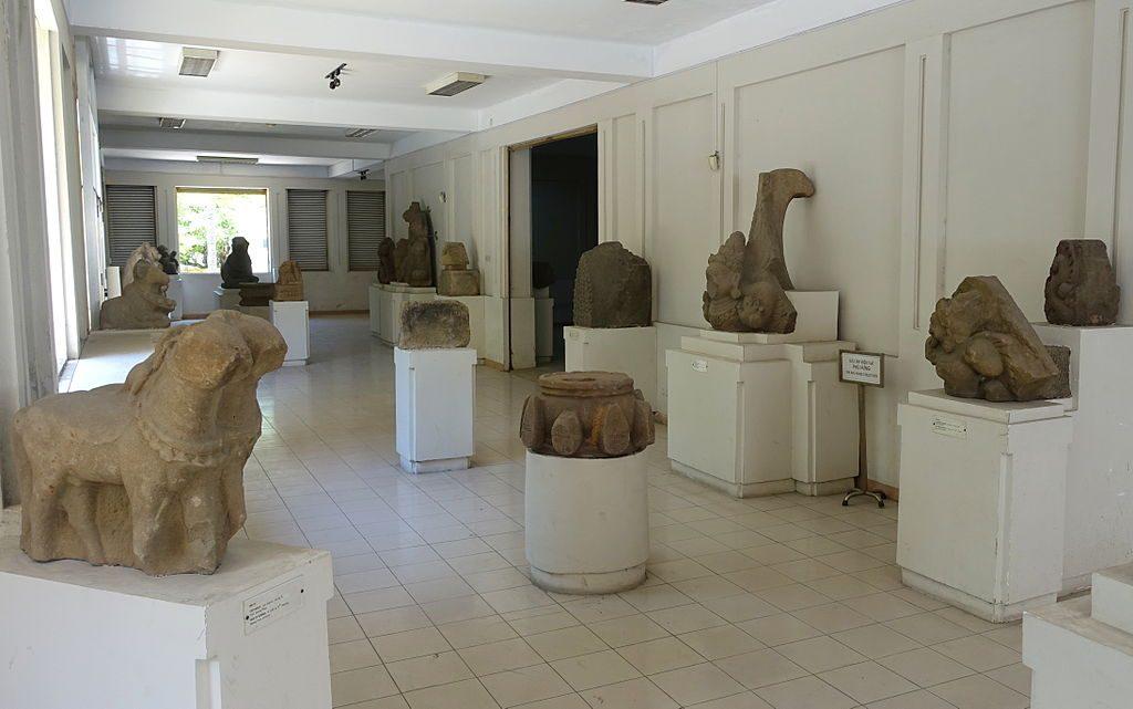 Interior_view_-_Museum_of_Cham_Sculpture_-_Danang,_Vietnam_-_DSC01931