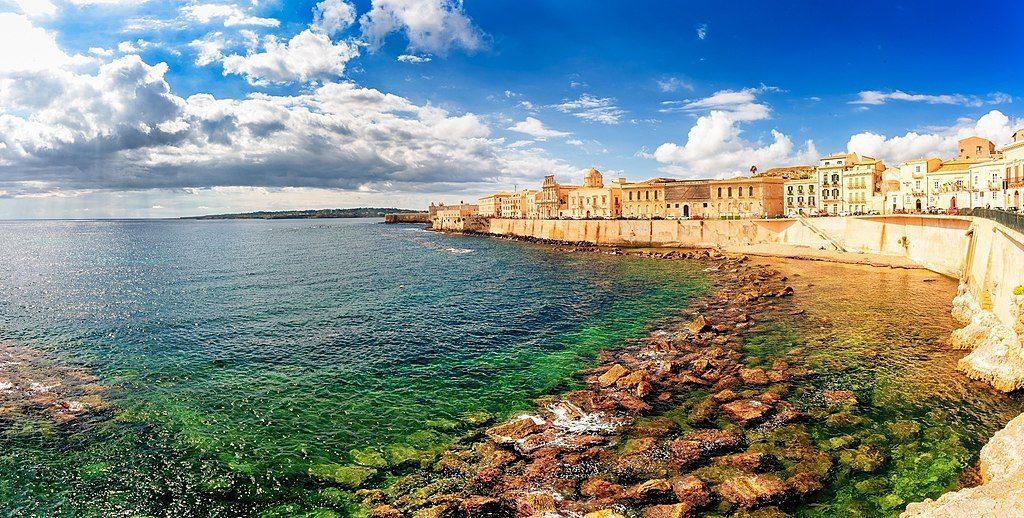1024px-Along_the_island_of_ortigia