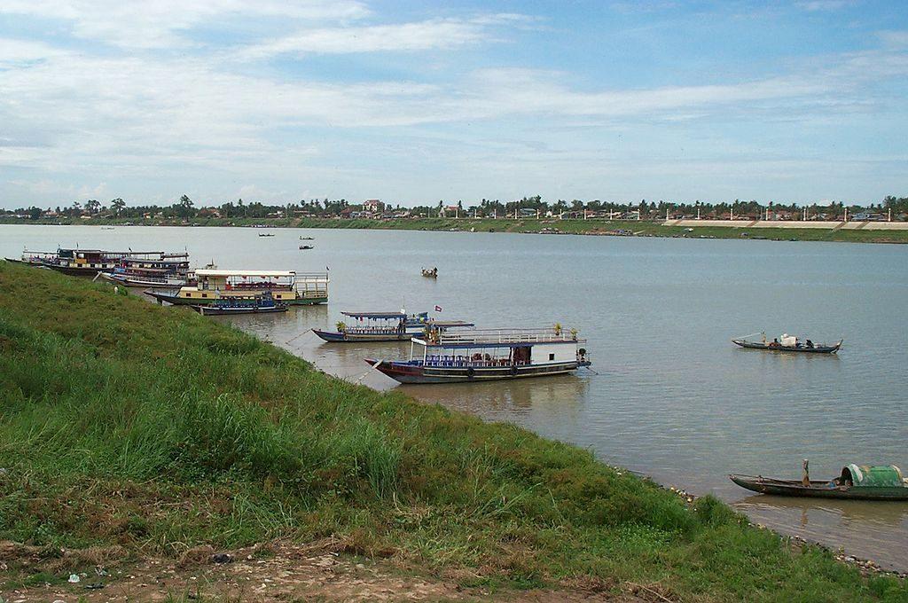 1024px-Boats_on_Tonlé_Sap_river