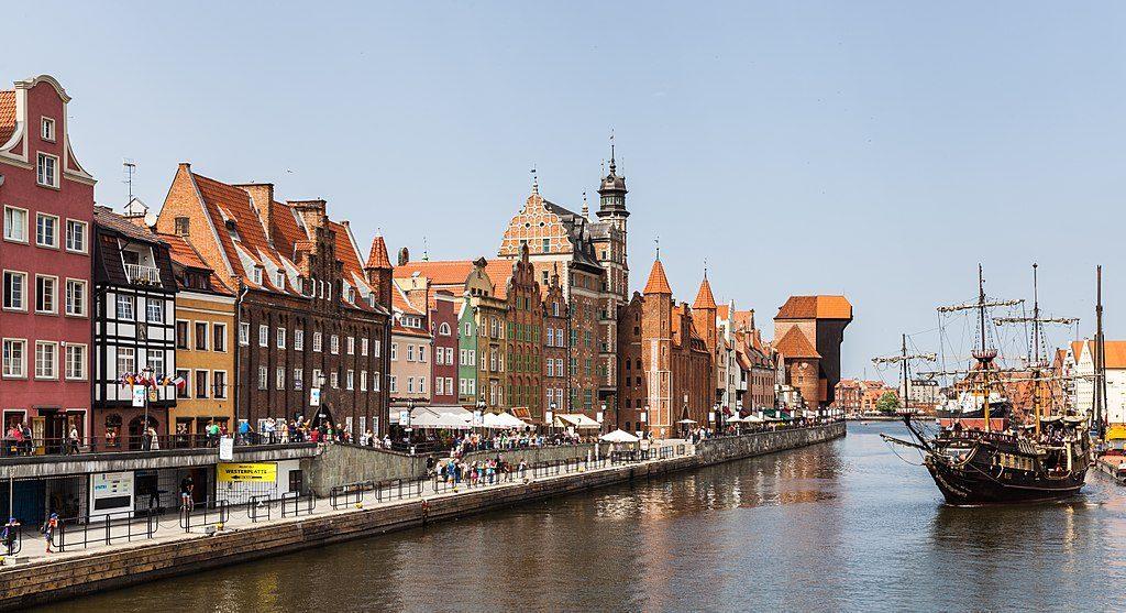1024px-Calle_Dlugie_Pobrzeze,_Gdansk,_Polonia,_2013-05-20,_DD_06