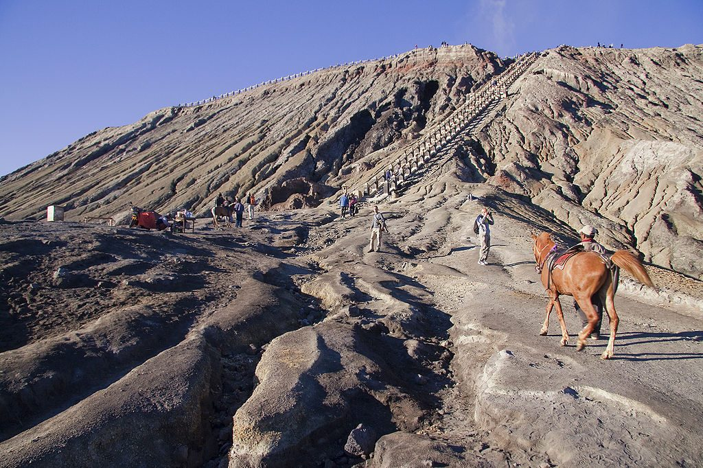 1024px-Riding_up_the_volcano_Mount_Bromo
