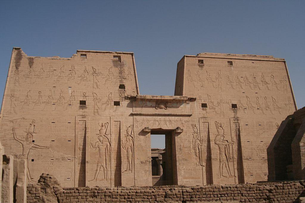 1024px-S_F-E-CAMERON_2006-10-EGYPT-EDFU-0020