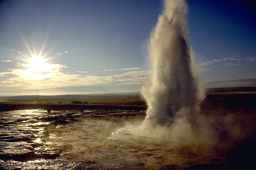 1024px-Strokkur_geyser_eruption,_close-up_view