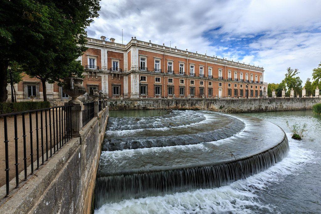 Fachada norte del Palacio de Aranjuez junto al Jardín de la Isla.