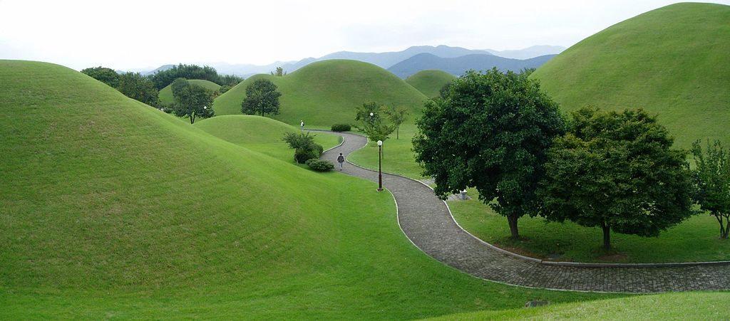 Gyeongju_-_King_Tomb_Park_-_panoramio