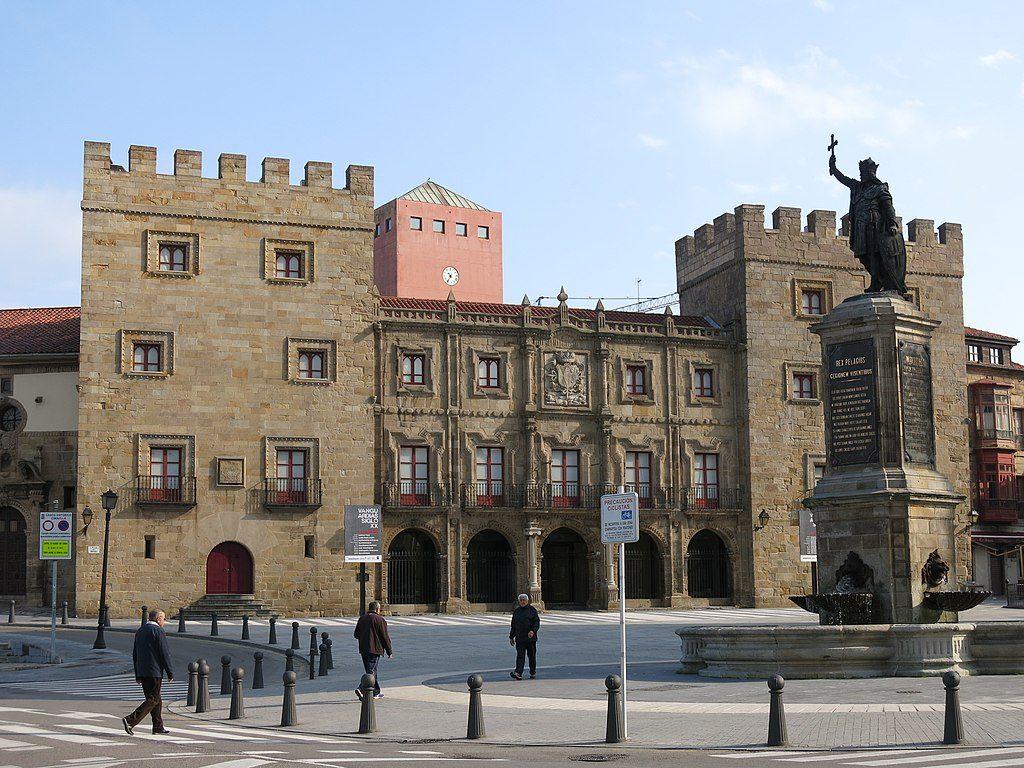 1024px-024_Plaza_del_Marqués_(Gijón),_amb_el_Palacio_de_Revillagigedo_i_la_Fuente_de_Pelayo