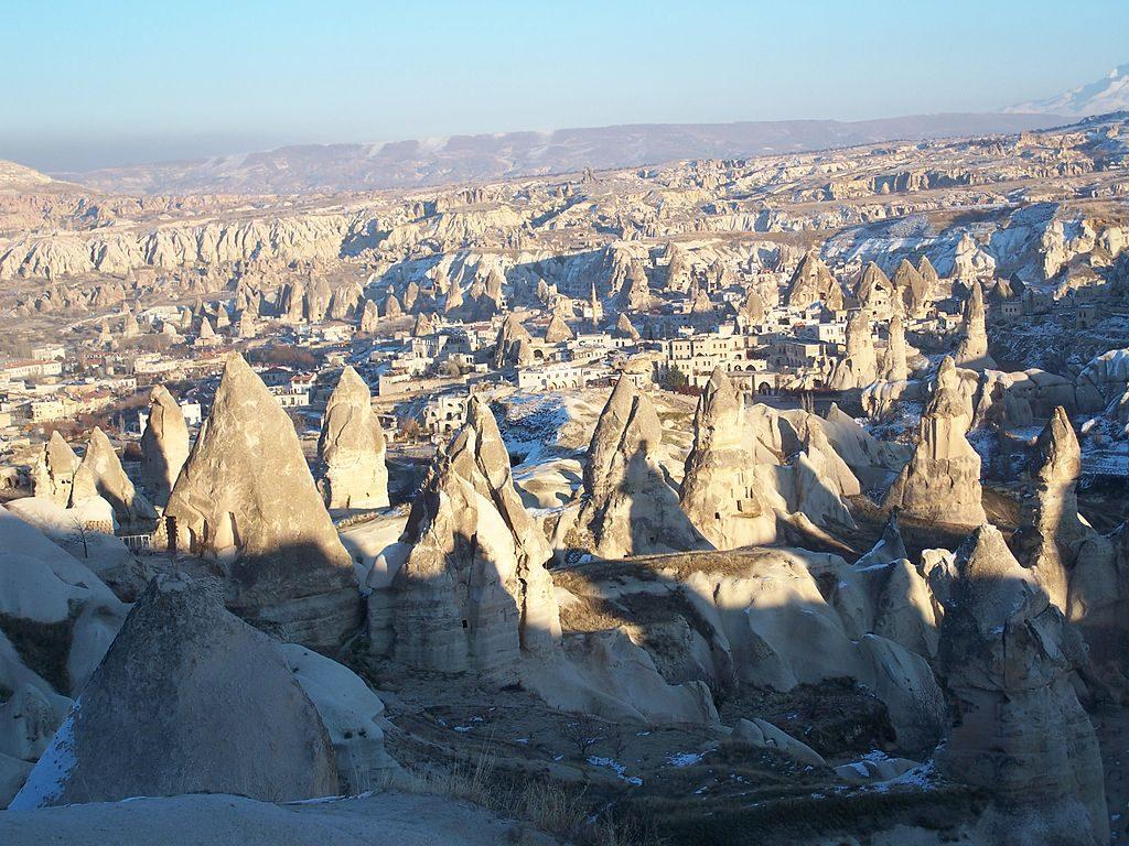 1024px-Capadocia,_Turquia,_2007