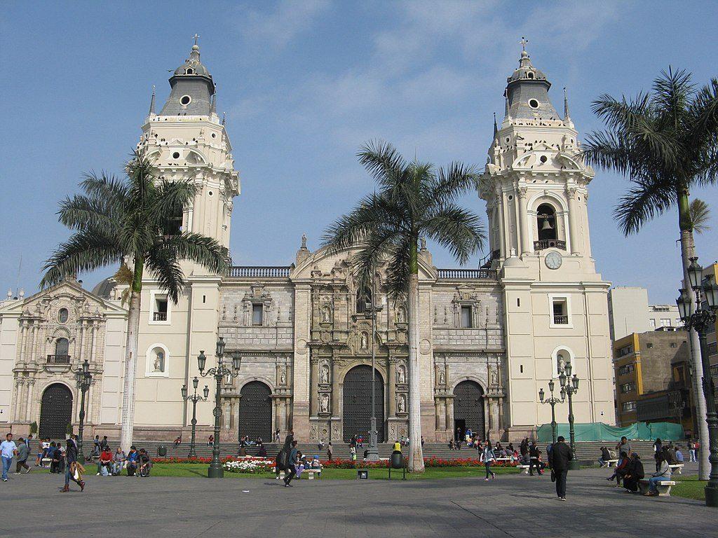 1024px-Fachada_principal_de_la_Catedral_de_Lima