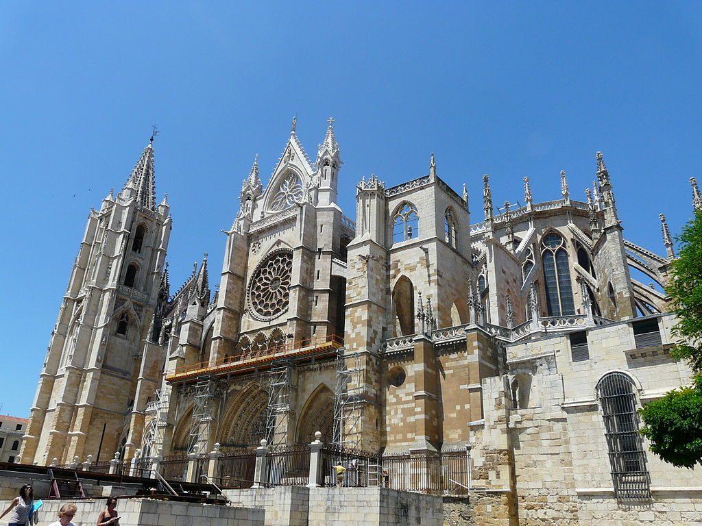 1024px-Fachada_sur_Catedral_de_León_2