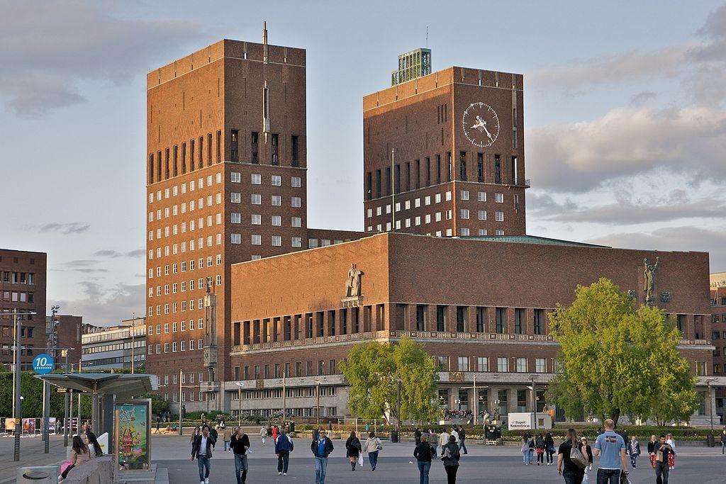 1024px-Oslo_rådhus_(by_alexao)