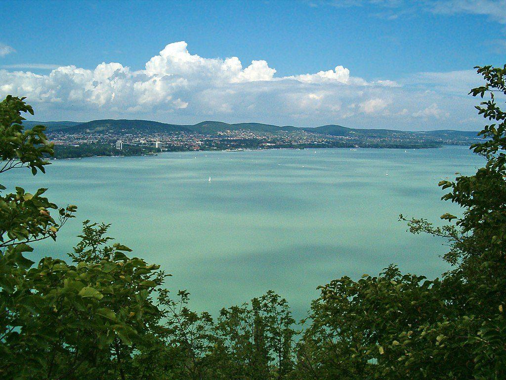 1024px-Views_of_Balatonfüred_and_Lake_Balaton_from_Tihany_Peninsula,_Hungary